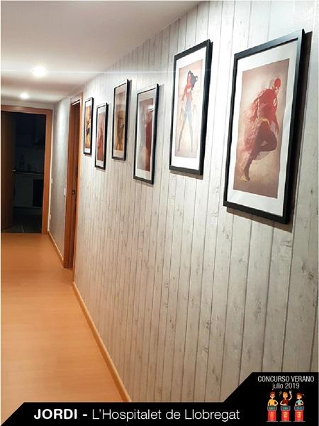 Parede decorada com papel imitação madeira