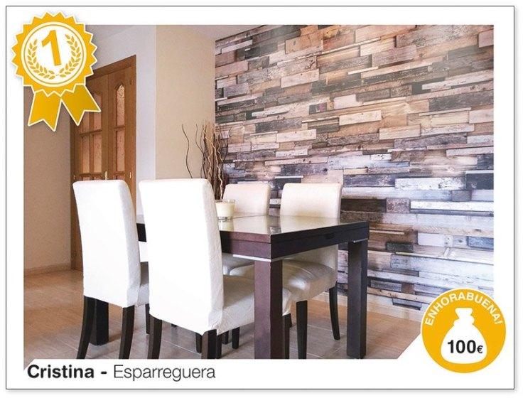 Sala decorada com papel de parede imitação madeira desgastada